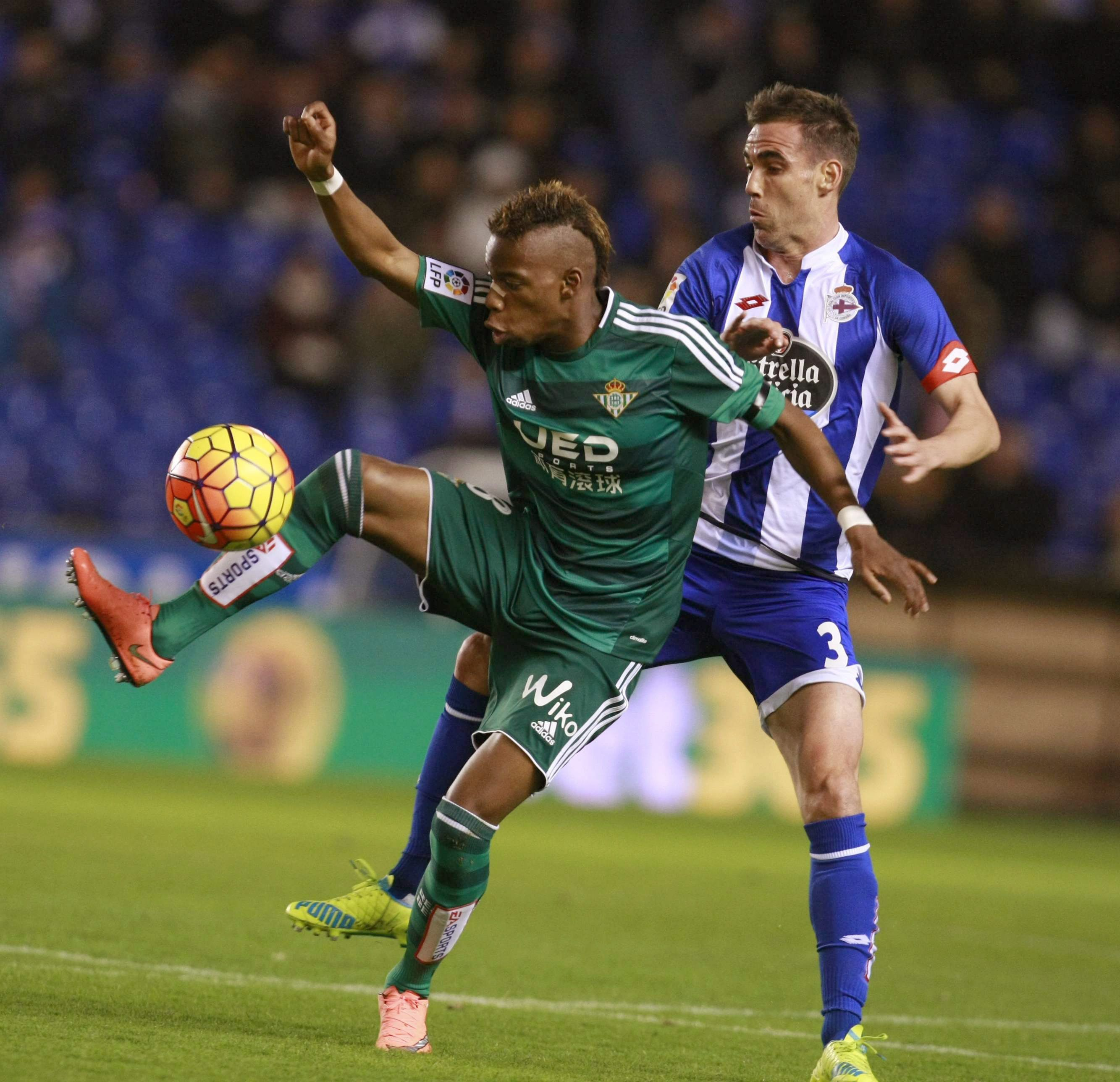 epa05159182 Deportivo's Fernando Navarro (R) fights for the ball with Real Betis' Belgian Charly Musonda during their Spanish Primera Division soccer match at Riazor stadium in A Coruna, Galicia, northwestern Spain, 13 February 2016.  EPA/CABALAR